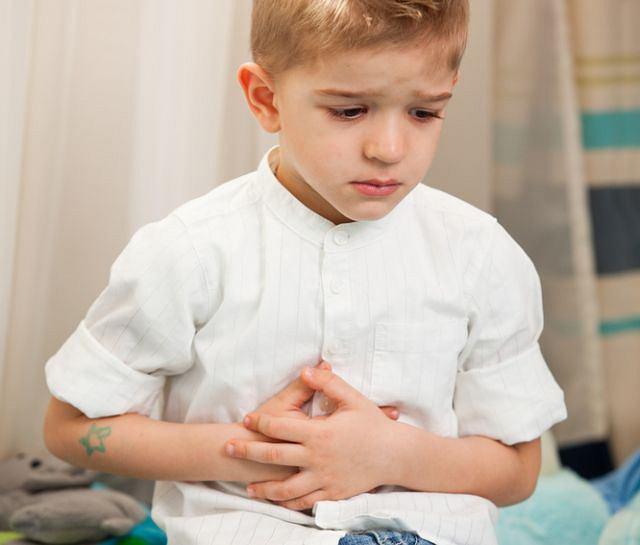 Przy zapaleniu wyrostka robaczkowego najbardziej dziecko boli, gdy naciskamy brzuszek na prawo i w dół od pępka, a ból ten jeszcze się wzmaga, kiedy gwałtownie odrywamy z tego miejsca rękę