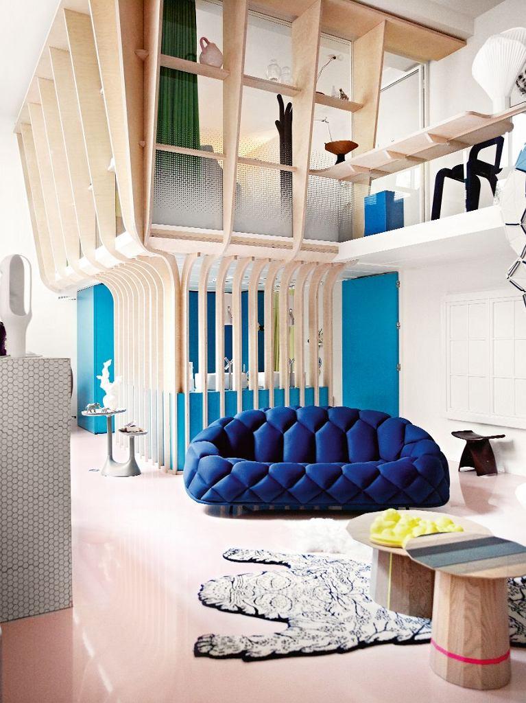 Przejrzysta modułowa struktura wymyślonej przez projektantkę Matali Crasset konstrukcji Cabane tworzy ramę dla sypialni i łazienki, korzystnie zmieniając proporcje przestrzeni.