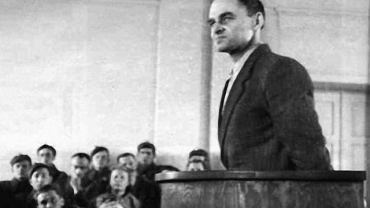 Rtm. Witold Pilecki (1901-48): ''Zabrnęliśmy, kochani moi, straszliwie. Przerażająca rzecz, nie ma na to słów! Chciałem powiedzieć: zezwierzęcenie... lecz nie! Jesteśmy od zwierząt o całe piekło gorsi!'' - z raportu z pobytu w Auschwitz. ''Starałem się tak żyć, abym w godzinie śmierci mógł się raczej cieszyć, niż lękać''- po ogłoszeniu wyroku śmierci. Na zdjęciu Witold Pilecki podczas procesu
