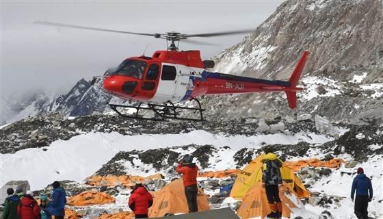 Trz�sienie ziemi w Nepalu. Najtragiczniejsza katastrofa w historii Mount Everest: zgin�o co najmniej 17 os�b. Polski himalaista: Mieli�my du�o szcz�cia