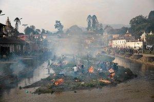 Nepal. Prowizoryczne �ycie po trz�sieniu ziemi. Mieszka�cy Katmandu koczuj� w namiotach, pal� cia�a bliskich