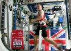 """Astronauta Tim Peake uko�czy� maraton w kosmosie. """"Towarzyszy�"""" biegaczom w Londynie"""