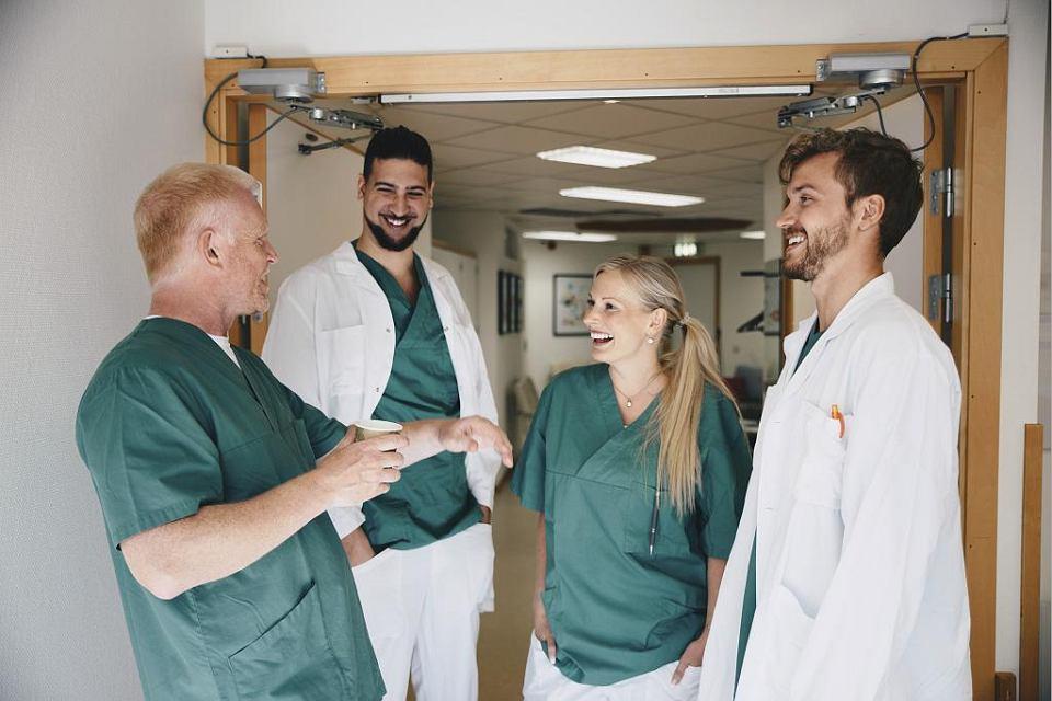 Praca lekarza w Polsce: wykonywanie poleceń kadry kierowniczej. Praca w Szwecji: samodzielność i współpraca