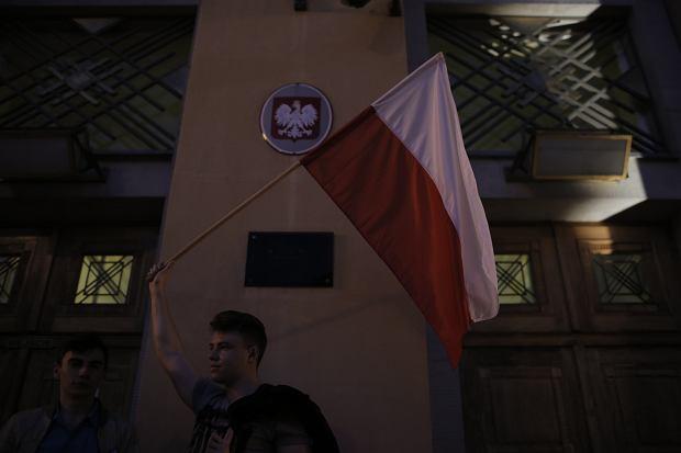 Zdjęcie numer 32 w galerii - Tłumy przed Sądem Okręgowym w Łodzi. Protest przeciwko zmianom PiS w sądownictwie [ZDJĘCIA]