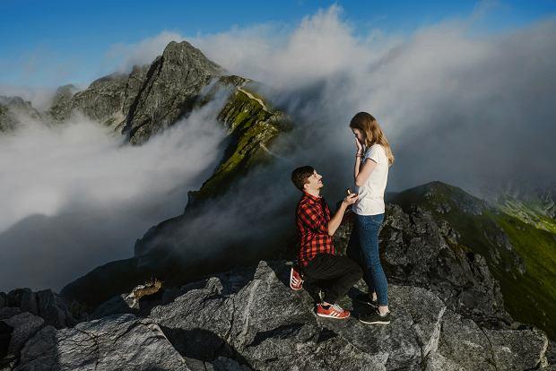 """Zdjęcie ich zaręczyn na Kasprowym Wierchu robi furorę. """"On przezwyciężył nawet lęk wysokości"""""""