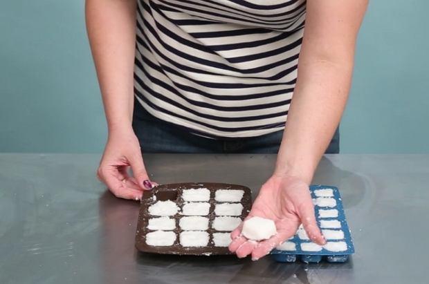 Własnoręcznie wykonane tabletki do zmywarki są tanie, ekologiczne i przede wszystkim skuteczne. Potrzebujesz 2 szklanki sody oczyszczonej, szklankę soli, 1/2 szklanki kwasku cytrynowego, 1 szklankę wody i kilka kropli olejku zapachowego. Przygotuj też dużą miskę i foremki do lodu. Rozgrzej piekarnik.