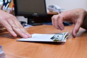 Presja na wyniki finansowe i przekonanie, że korupcja pomaga w rozwoju firmy. Łapówkarstwo systematycznie rośnie w Polsce