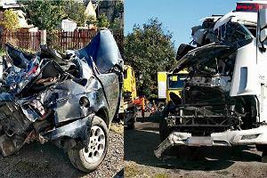 Pijany kierowca w areszcie. Strażacy pokazują zdjęcia aut po śmiertelnym wypadku na A4. Ku przestrodze