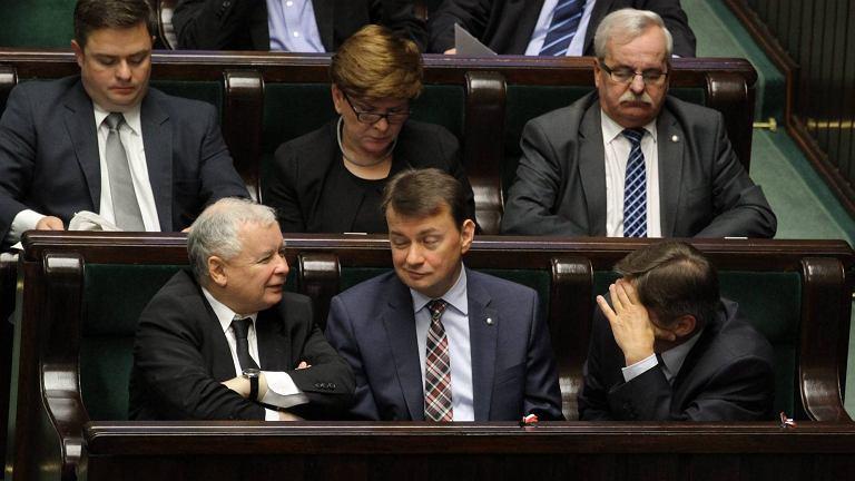 Jarosław Kaczyński i Mariusz Błaszczak w ławach sejmowych podczas udzielania rządowi wotum nieufności