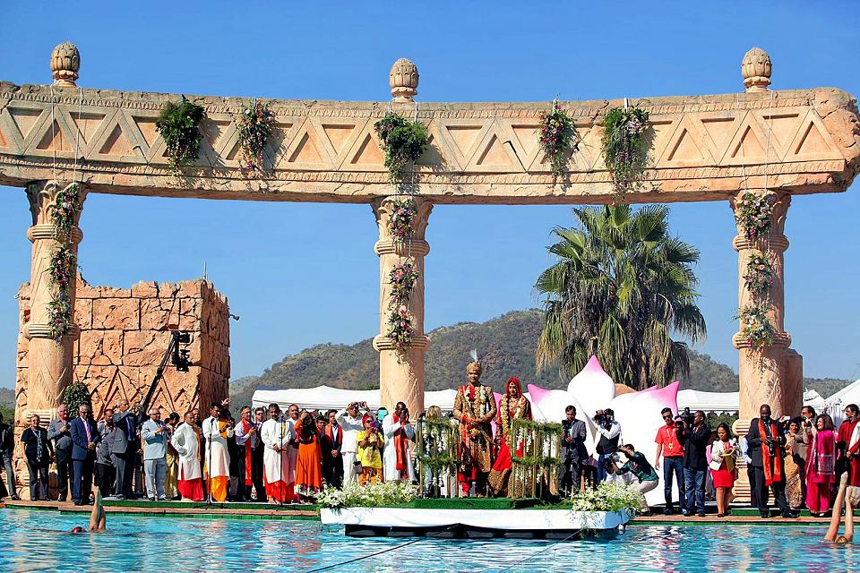 Vela Gupta i jej mąż  Aaskash Jahajgarhia z gośćmi podczas ceremonii ślubnej w Sun City, RPA, 1maja 2013.