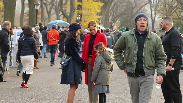 """Jennifer Lopez kręci właśnie swój najnowszy film pt. """"Second Act"""". Zdjęcia są realizowane między innymi w Nowym Jorku, co ułatwiło dzieciom piosenkarki krótkie odwiedziny na planie. My musieliśmy przetrzeć oczy ze zdziwienia. Bliźniaki Lopez naprawdę bardzo wyrosły. Zwłaszcza 9-letnia córka Emme to skóra zdjęta z matki. Co do Maxa, to nie mamy wątpliwości, że wyrośnie z niego niezwykle przystojny mężczyzna!"""