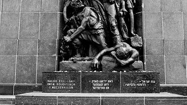 Przedstawiająca powstańców rzeźba Natana Rapaporta na pomniku Bohaterów Getta odsłoniętym w 1948 r. na Muranowie, wśród ruin getta, w miejscu, gdzie toczyły się walki