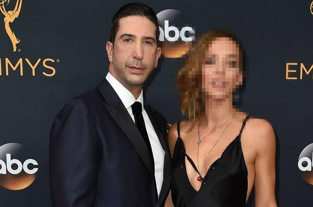 """Emmy 2016. Ross z """"Przyjaciół"""" z żoną na gali. Zoe jest PRZEŚLICZNA! A do tego ta sukienka... """"Zachwycająca"""". Nie przesadzamy!"""