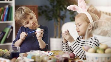 Dzieci uwielbiają prace plastyczne, na pewno z chęcią wezmą udział w tworzeniu ozdób wielkanocnych. Na pewno pomogą w ozdabianiu pisanek, z radością ozdobią także papierowe jajka.