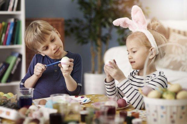 Dzieci uwielbiaj� prace plastyczne, na pewno z ch�ci� wezm� udzia� w tworzeniu ozd�b wielkanocnych. Na pewno pomog� w ozdabianiu pisanek, z rado�ci� ozdobi� tak�e papierowe jajka.
