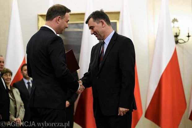 Andrzej Przy��bski otrzymuje z r�k prezydenta Dudy nominacj� do Narodowej Rady Rozwoju