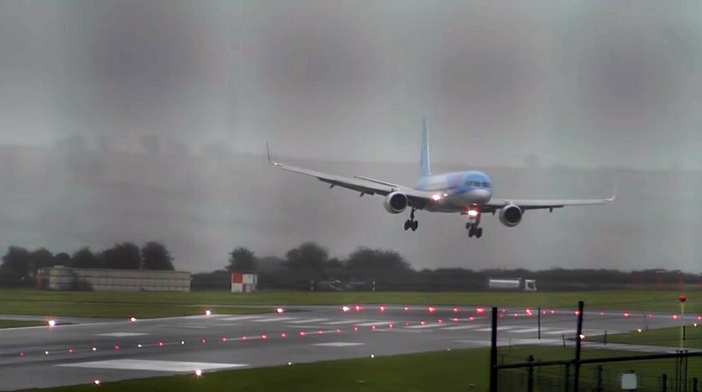 Boeing 757 ląduje przy silnym bocznym wietrze na lotnisku w Bristolu