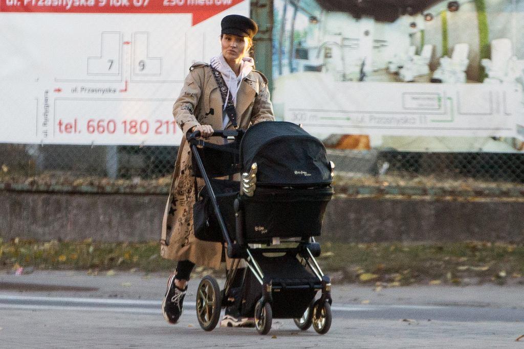 Marina na spacerze z dzieckiem