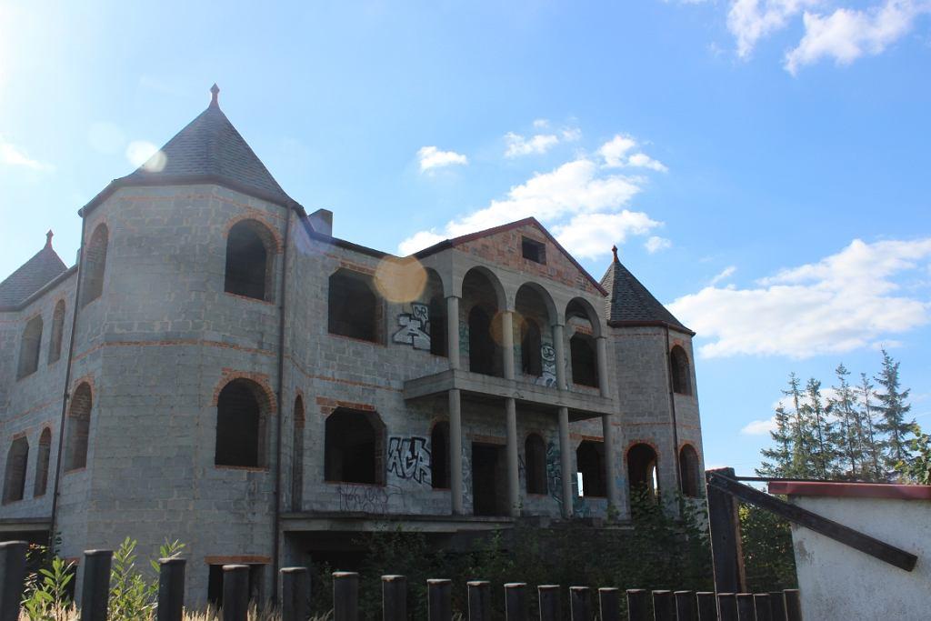Jedna z niedokończonych rezydencji romskich (fot. Bartosz Józefiak)