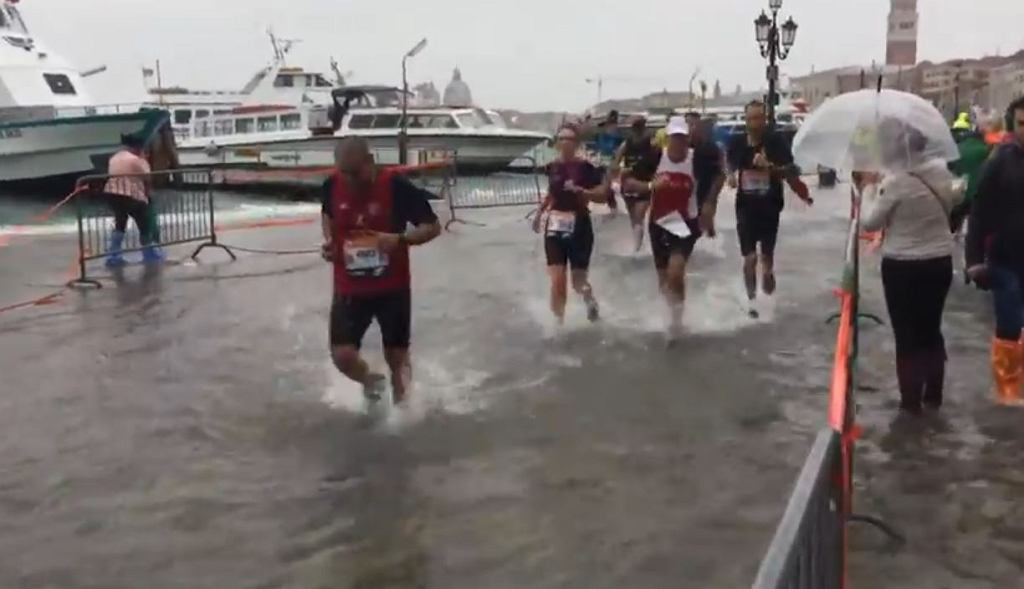 Maraton w Wenecji. Biegacze brodzili w wodzie po kostki
