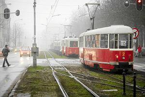http://bi.gazeta.pl/im/99/02/e7/z15139481M,Parada-starych-tramwajow-w-115-rocznice-komunikacj.jpg