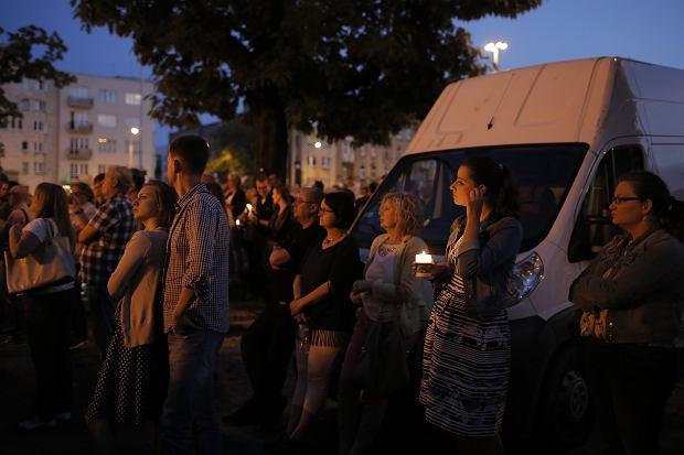 Zdjęcie numer 31 w galerii - Tłumy przed Sądem Okręgowym w Łodzi. Protest przeciwko zmianom PiS w sądownictwie [ZDJĘCIA]