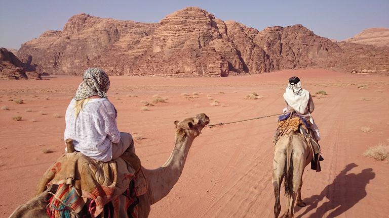 Jazda na wielbłądach na Wadi Rum w Jordanii