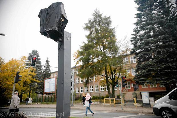 Fotoradar owinięty czarną folią na ulicy Ketrzynskiego w Olsztynie