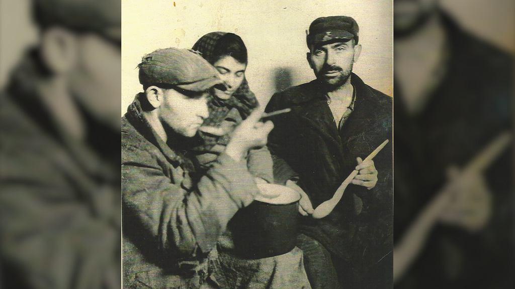 Ukrywający się Żydzi, zdjęcie pochodzi z książki 'Dalej jest noc'