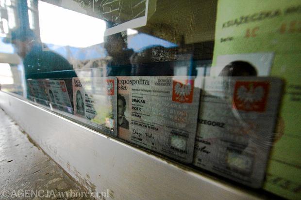 Zgubione dowody osobiste wystawione za szybą kiosku w Bielsku-Białej