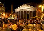 """Osoby spaceruj�ce przy Fontannie Di Trevi, Koloseum czy Panteonie, kultowych miejsc�wkach na mapie Rzymu, nawet jesieni� nie mog� czu� si� swobodnie. Tutaj, zreszt� jak i w ka�dym innym zabytkowym miejscu w mie�cie, do odwiedzenia kt�rego zach�ca autor przewodnika, zawsze s� tury�ci. Ale jak s�usznie okre�li� fenomen Rzymu jeden z nich: """"miasto ma niesko�czone mo�liwo�ci odkrywania go""""."""