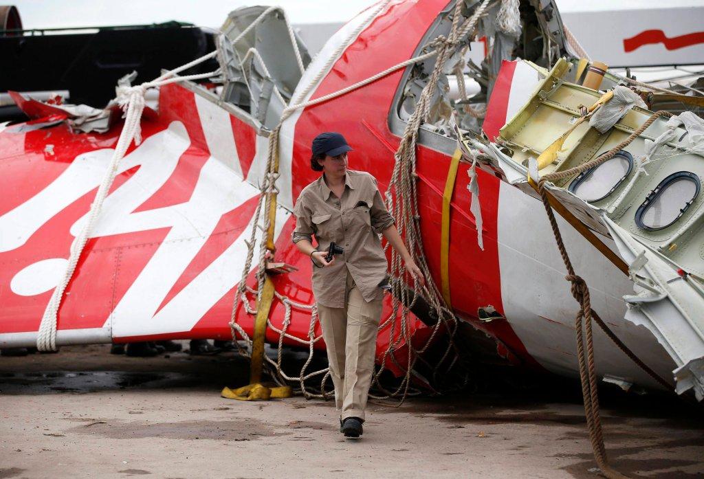 Wydobywanie części samolotu AirAsia