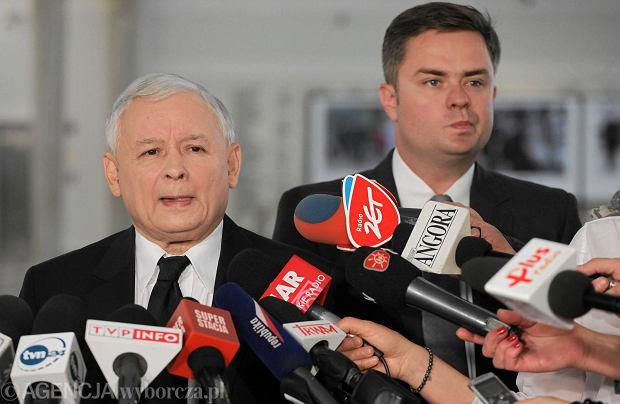 Jaros�aw Kaczy�ski i Adam Hofman podczas briefingu w Sejmie