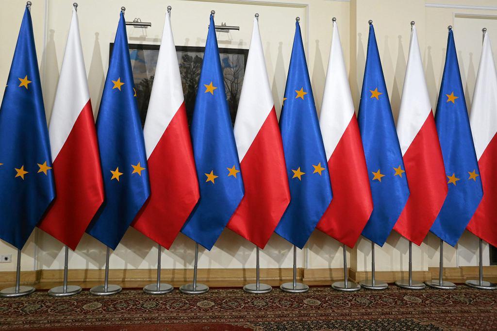 Flagi Polski i Unii Europejskiej w KPRM (fot. Sławomir Kamiński / Agencja Gazeta)