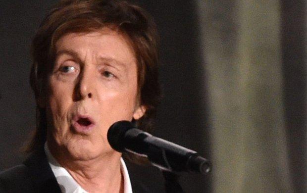 """Zdarzyło Wam się """"tańczyć, jakby nikt nie patrzył"""", kiedy okazało się, że jednak ktoś patrzy? Bo McCartneyowi owszem. I całkowicie rozumiemy jego zawstydzoną reakcję."""