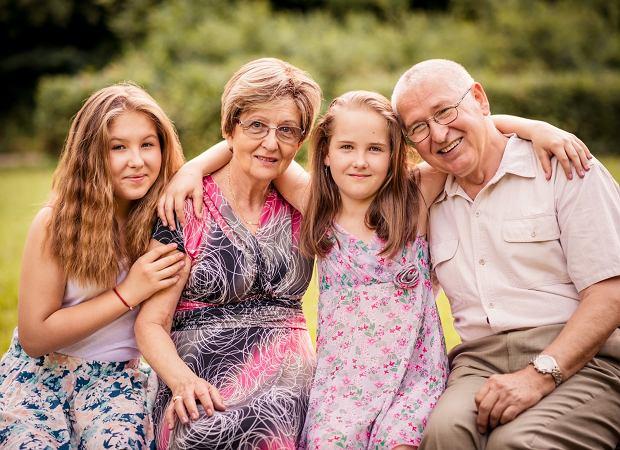Babcia i dziadek z wnuczkami