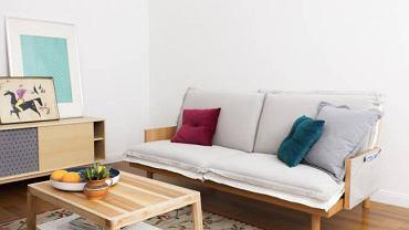 Sofa M. Trzyosobowa sofa z funkcją spania. Siedzisko składa się z wygodnych poduch, a w bokach mebla znajdują się kieszenie do przechowywania drobiazgów.