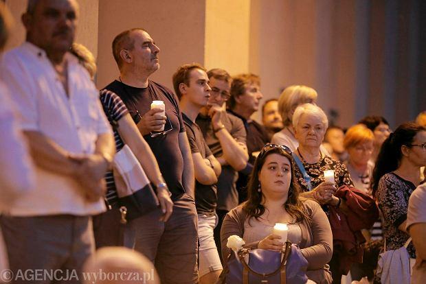 Zdjęcie numer 8 w galerii - Tłumy przed Sądem Okręgowym w Łodzi. Kolejny dzień protestów przeciwko zmianom PiS w sądownictwie [ZDJĘCIA]