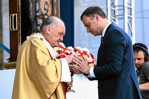 Andrzej Duda na obchodach �wi�ta Dzi�kczynienia: prezydent elekt podnosi upuszczon� hosti�, �piewa z Ark� Noego