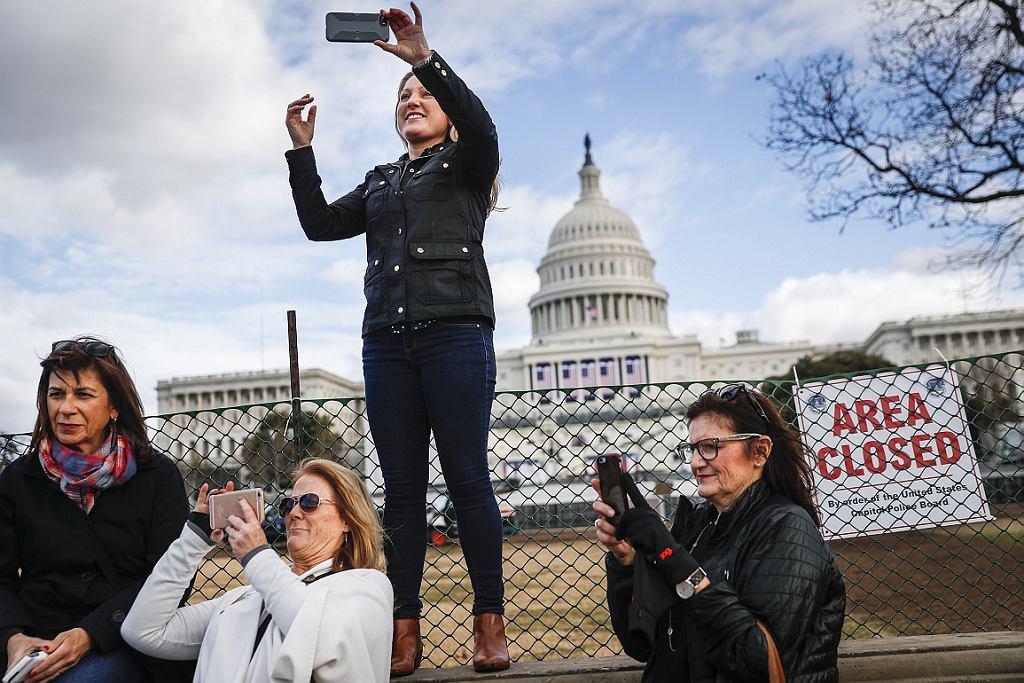 Micaela Johnson z Leewood w stanie Kansas robi sobie zdjęcie przed Kapitolem. Potem pójdzie w Marszu Kobiet (fot. John Minchillo/AP)