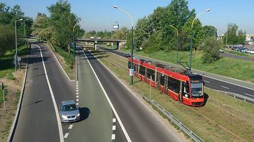 Kierowcy nie dostali jeszcze informacji, że zielony pas przeznaczony jest przede wszystkim dla autobusów i korzystają z niego bez ograniczeń. Dopiero gdy oznakowanie zostanie uzupełnione - o pionowe znaki i napisy 'bus' na jezdni - kierowcy będą musieli się liczyć z konsekwencjami