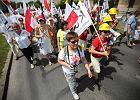 Ulicami Radomia przeszedł marsz KOD. Ktoś rzucał w nich talerzami [ZDJĘCIA, WIDEO]