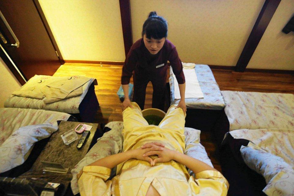Pomimo tych przeciwności zdecydowała się podjąć posadę masażystki w prestiżowym salonie w Pekinie. Jej poświęcenie okupione rozłąką z synem i ciężka praca opłaciło się.
