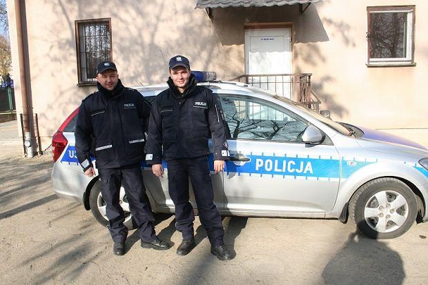 """Przejęty mieszkaniec Tulec podjeżdża do policjantów. """"Żona rodzi w aucie!"""". Ci nie wahali się ani chwili"""