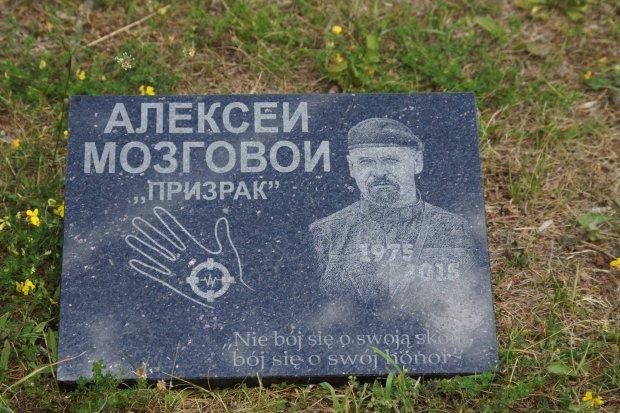 Tablica ku czci przyw�dcy donbaskich rebeliant�w na cmentarzu pod Pu�tuskiem. Zarz�d cmentarza: Zdemontujemy