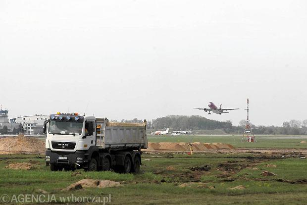 Pierwsze samoloty na nowym pasie będą mogły wylądować wiosną 2015 roku. W poniedziałek wmurowano akt erekcyjny pod jego budowę