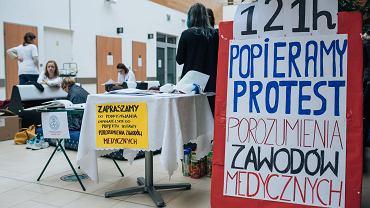 Lekarze głodują w Uniwersyteckim Centrum Klinicznym w Gdańsku od soboty. Zbierają też podpisy pod Projektem Ustawy Porozumienia Zawodów Medycznych.