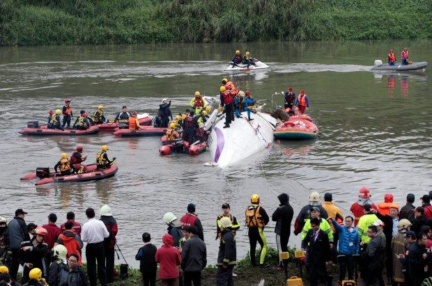Katastrofa samolotu na Tajwanie - relacja fotoreporter�w. Maszyn� wyci�gni�to ju� z wody [ZDJ�CIA]