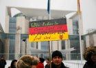 Protest Niemców rosyjskiego pochodzenia przed budynkiem kanclerskim w Berlinie