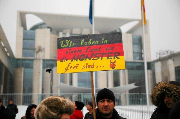 Protest Niemc�w rosyjskiego pochodzenia przed budynkiem kanclerskim w Berlinie